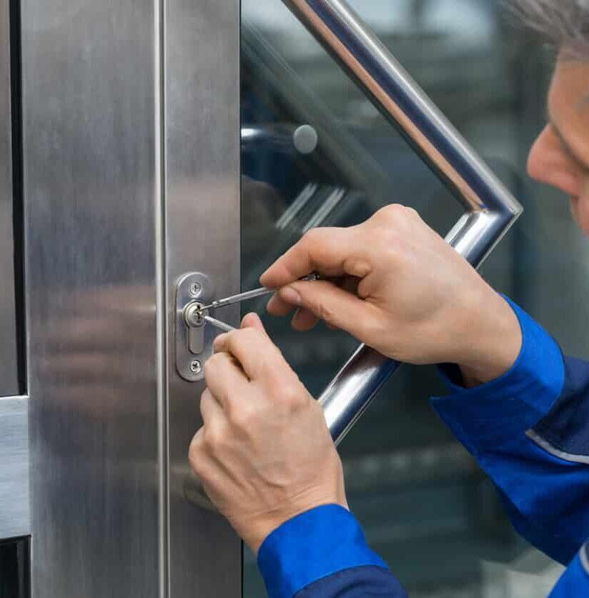 Schlüsseldienst sperrt Tür auf
